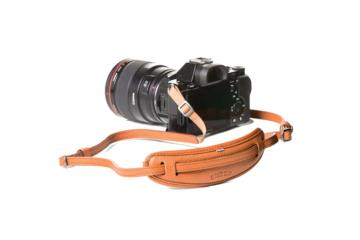 LEATHER CAMERA NECKSTRAP MOUSTACHE in Pelle martellata marrone